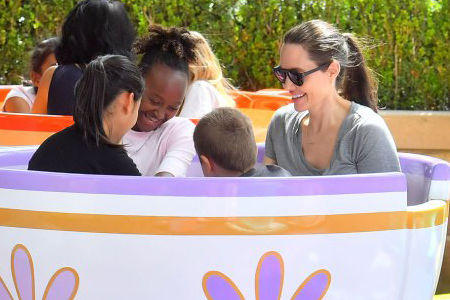 آنجلینا جولی و فرزندانش در Disneyland 5