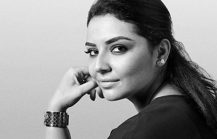 میکاپ آرتیست ایرانی سلبریتیها را آرایش میکند