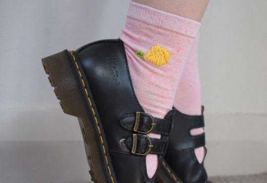 گلدوزی روی جوراب ساده