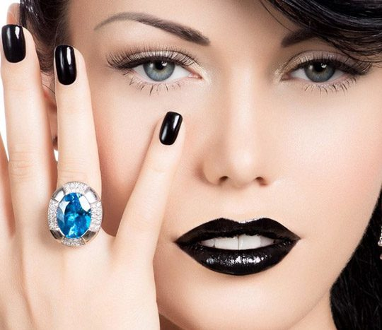 چگونگی آرایش با رژ لب سیاه