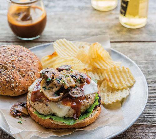 برگر مرغ و قارچ به همراه سس تار تار