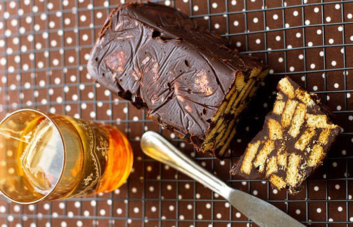 کیک شکلاتی با بیسکویت ساقه طلایی