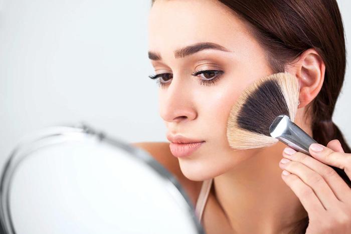 چگونه با داشتن لنز آرایش کنیم؟