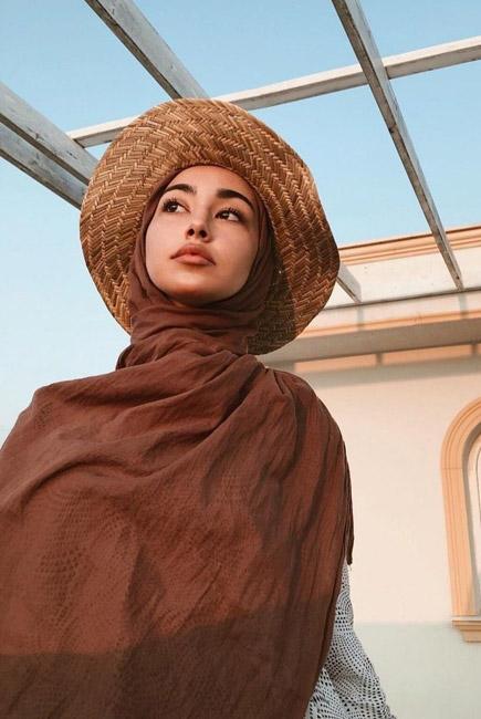 استایل مینیمال با کلاه زنانه